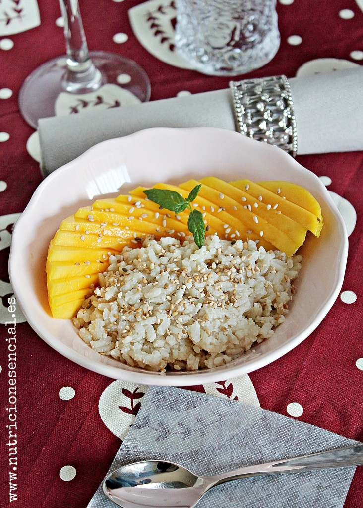 Postre: sticky rice con mango y sésamo.