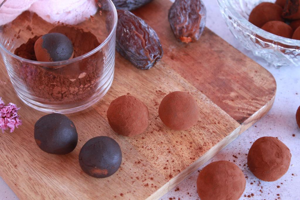 Elaboración de las trufas veganas junto a dátiles y cacao en polvo
