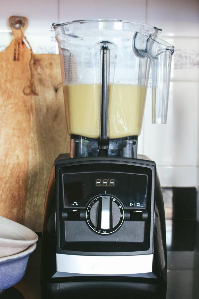 Batidora Vitamix A2500i con la crema de calabacín y manzana ya triturada