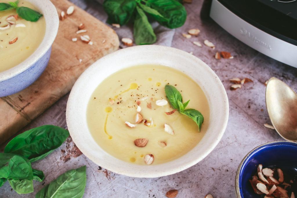 Crema de calabacín y manzana con hojas de albahaca y almendra picada