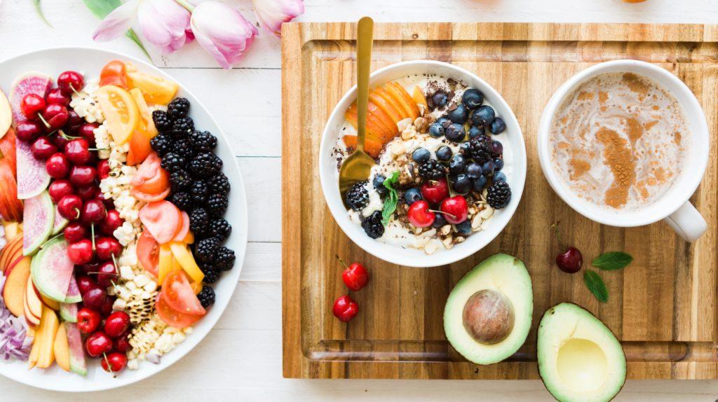 Plato de fruta con verduras porridge de avena con fruta y café