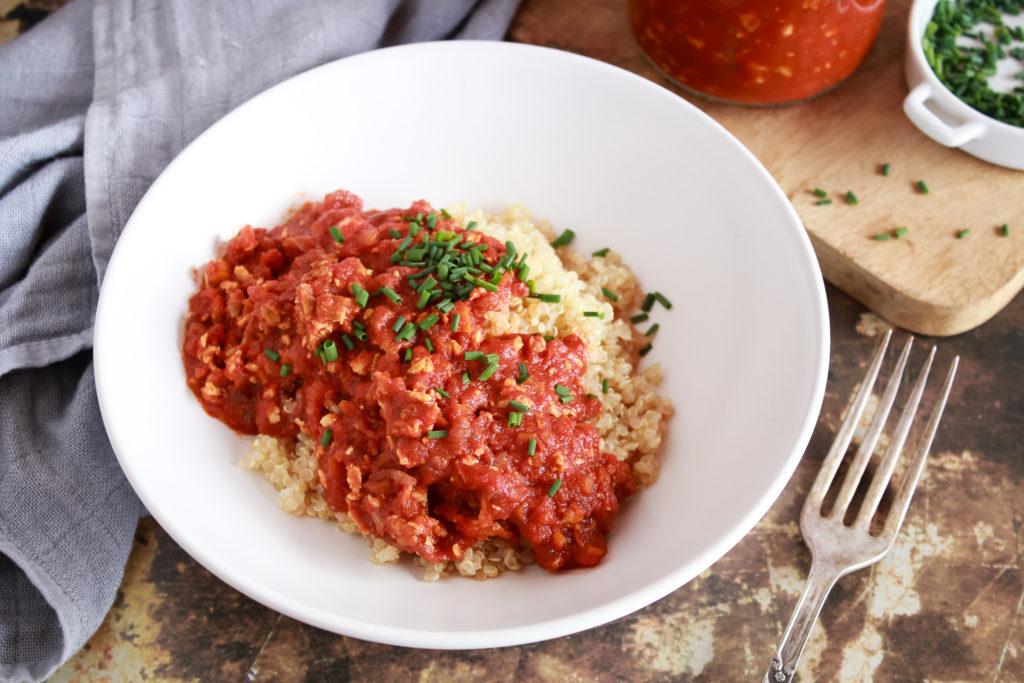 Plato de quinoa cocida con boloñesa de tofu